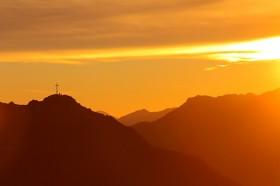 Gipfelkreuz im Morgenlicht